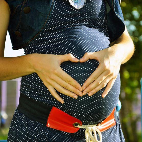 Mujer embarazada deseando ver a su hijo